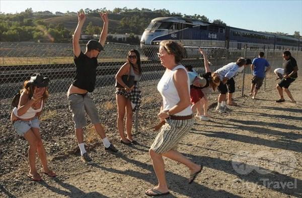Американская забава: голый зад в окно поезда